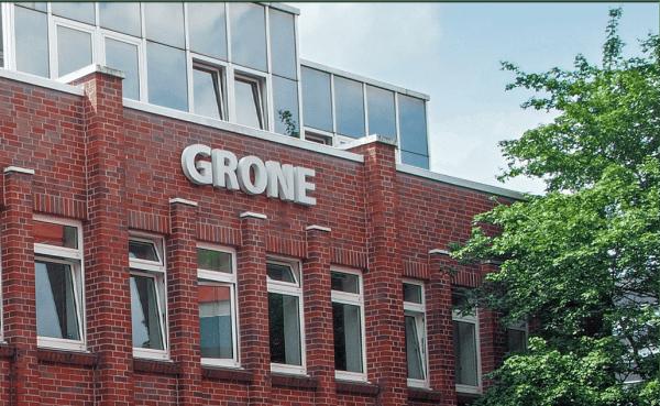 Fassade des Grone Bildungszentrums. Backsteingebäude. Das Logo ist auf der Fassade zu sehen